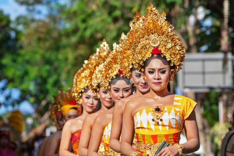 Grupp av härliga Balinesekvinnadansare i traditionella dräkter fotografering för bildbyråer