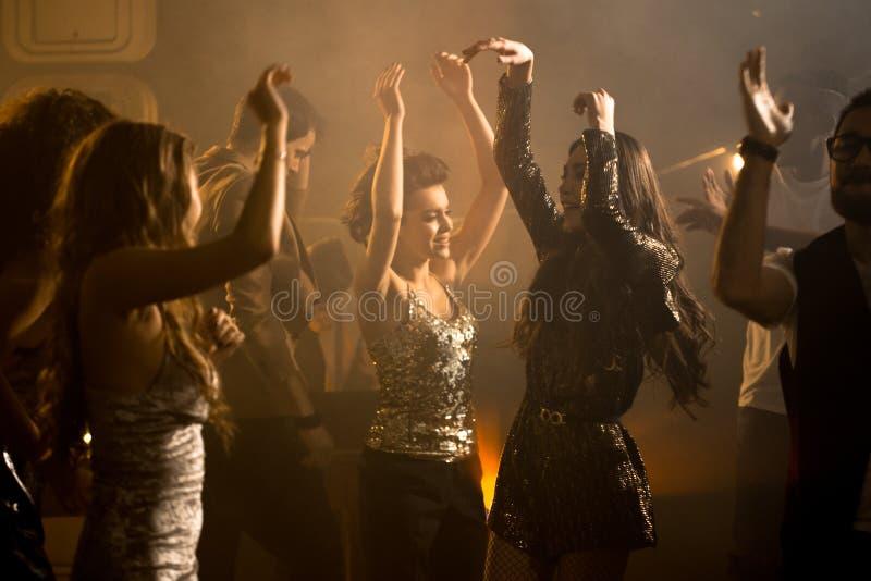 Grupp av härliga flickor på Dance Floor arkivbild