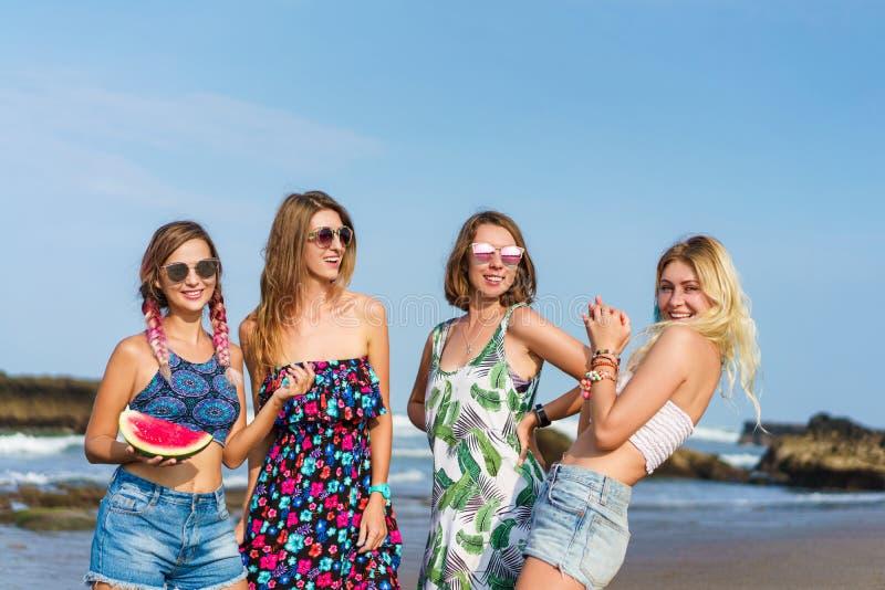 grupp av härliga unga kvinnor med skivan av vattenmelon som spenderar tid arkivfoton