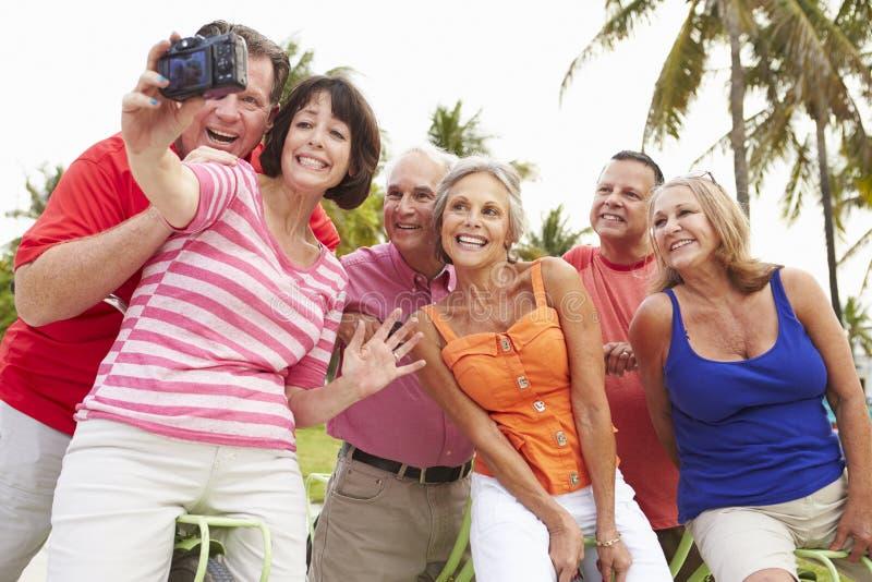 Grupp av höga vänner som tar Selfie på cykelritt arkivbild