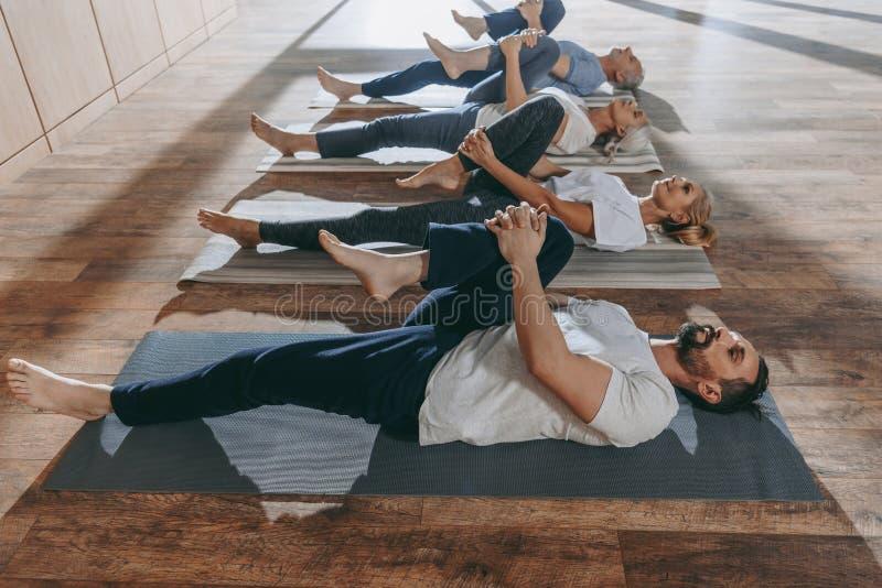 grupp av högt folk som sträcker i yogamats royaltyfri foto