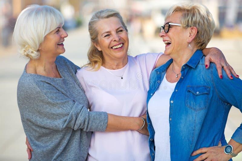 Grupp av högt le för kvinnor arkivfoto