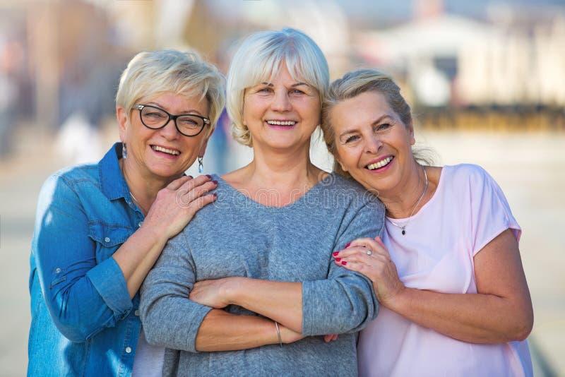 Grupp av högt le för kvinnor arkivbild