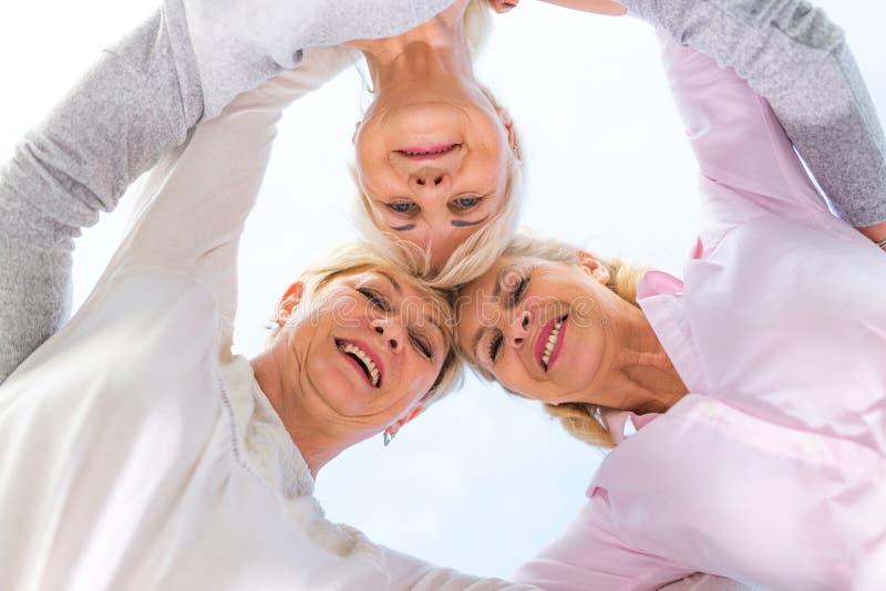 Grupp av högt le för kvinnor arkivbilder