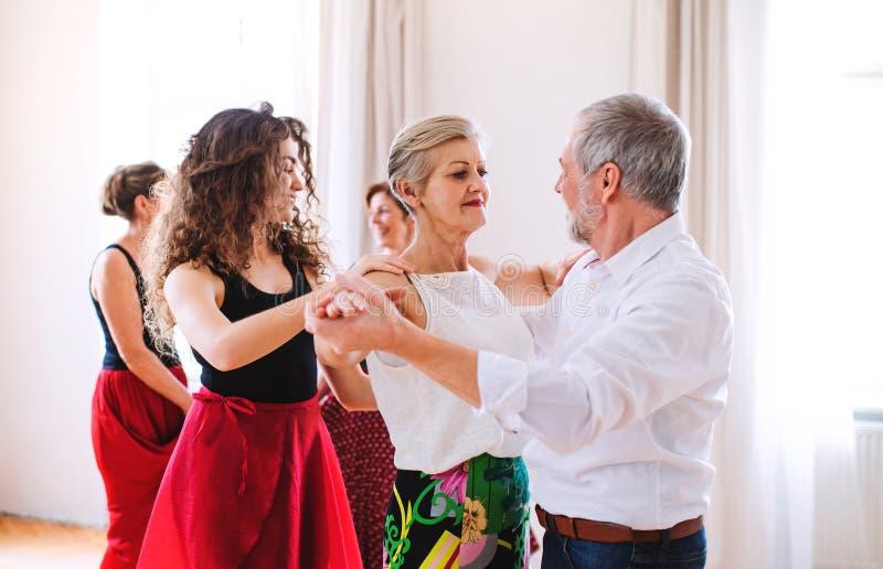 Grupp av h?gt folk, i att dansa grupp med dansl?raren arkivfoto
