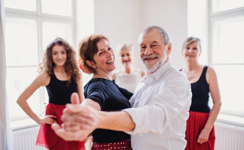 Grupp av h?gt folk, i att dansa grupp med dansl?raren arkivbilder