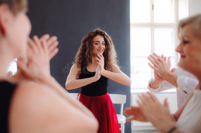 Grupp av h?gt folk, i att dansa grupp med dansl?raren arkivbild