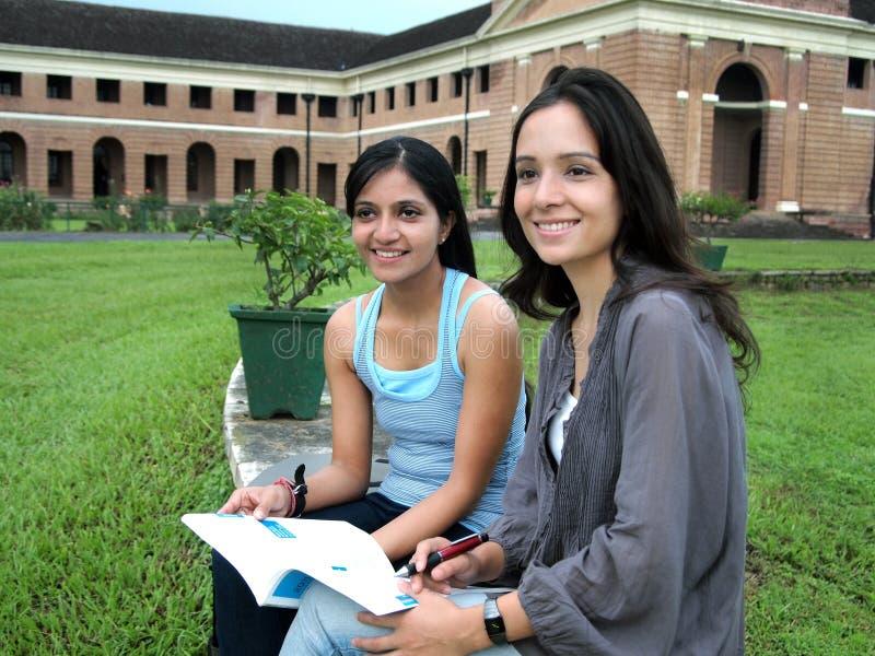 Grupp av indiska högskolestudenter. arkivbild
