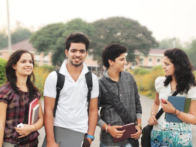 Grupp av indiska högskolestudenter. arkivfoto