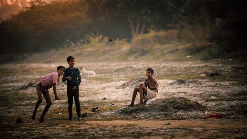 Grupp av indiskt spela för pojkar royaltyfri foto
