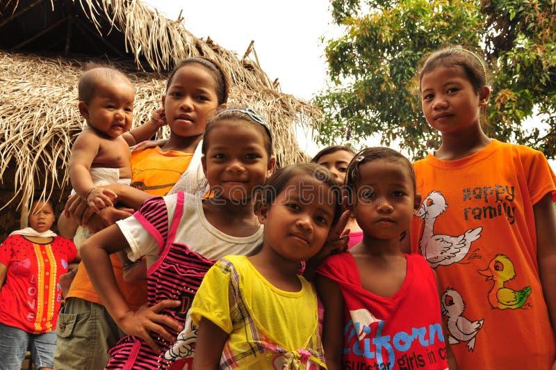 Grupp av infödda barn i byn fotografering för bildbyråer