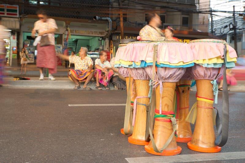 Grupp av infött thailändskt musikinstrumentanseende på vägen royaltyfria bilder