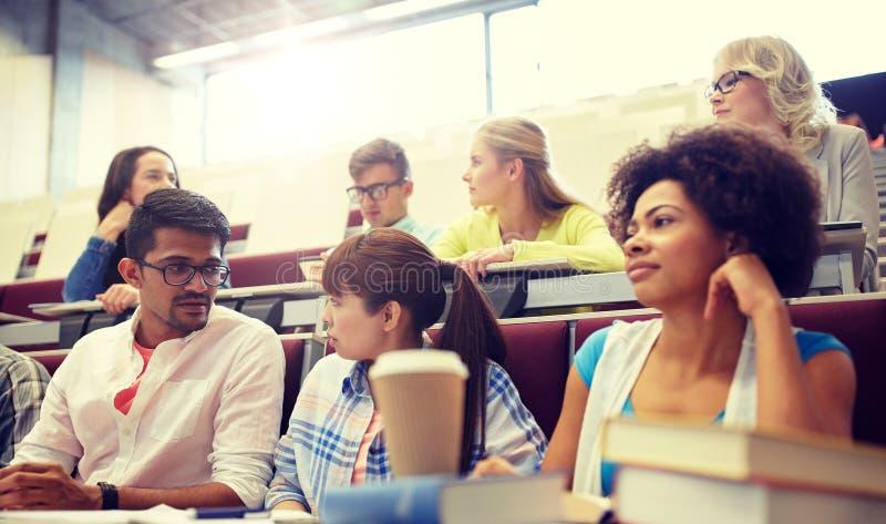 Grupp av internationella studenter p? f?rel?sningen royaltyfri foto