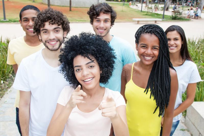 Grupp av internationella unga vuxna män och kvinnor royaltyfria foton