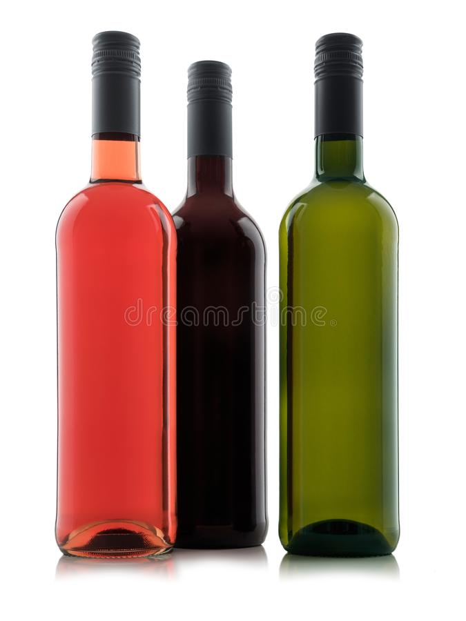 Grupp av isolerade vinflaskor utan etikett med vita röda och rosa viner royaltyfri foto