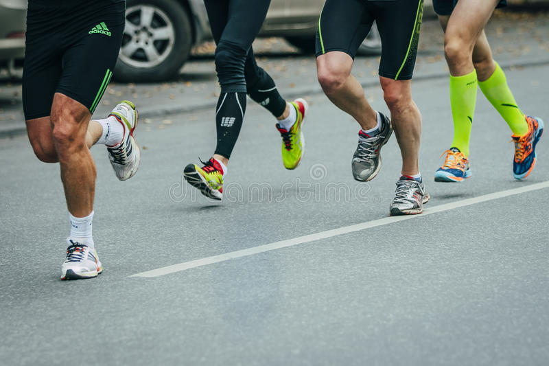 Grupp av joggers som kör ner gatan royaltyfri fotografi