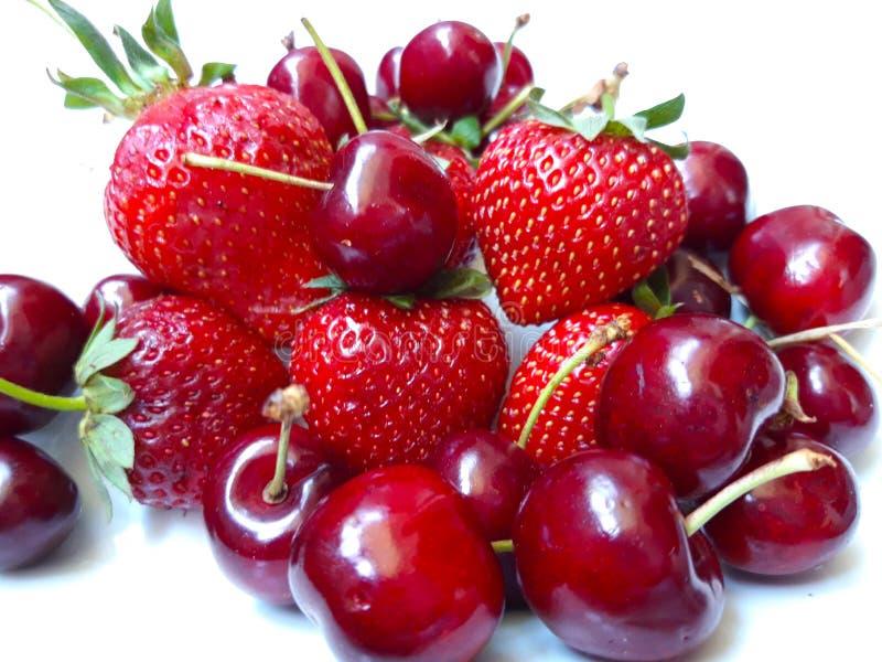 Grupp av jordgubbar och körsbär arkivfoto