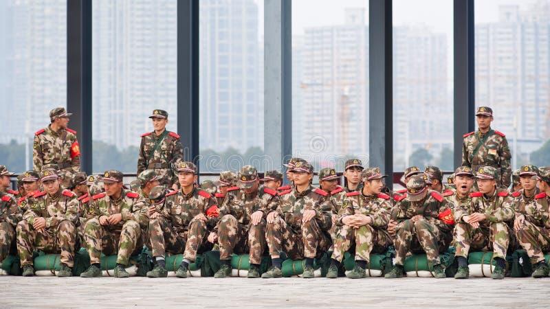 Grupp av kinesiska rekryt som väntar på transport, Shanghai, Kina royaltyfria foton