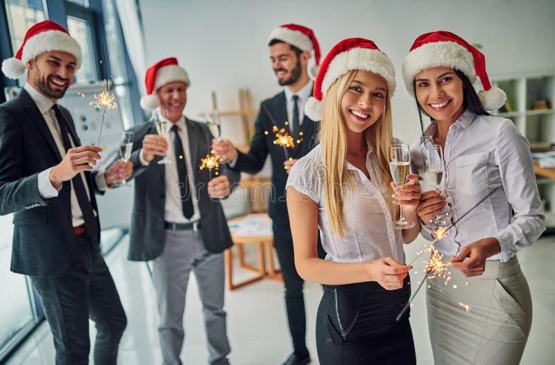 Grupp av kontorsarbetare som firar jul royaltyfri foto
