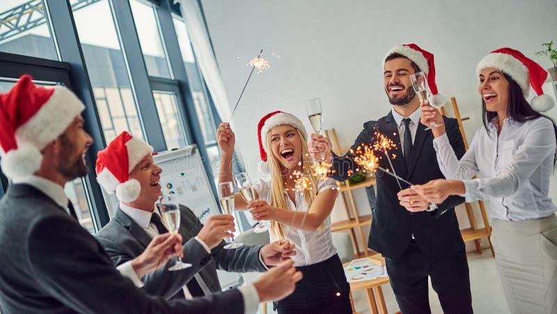 Grupp av kontorsarbetare som firar jul royaltyfri bild