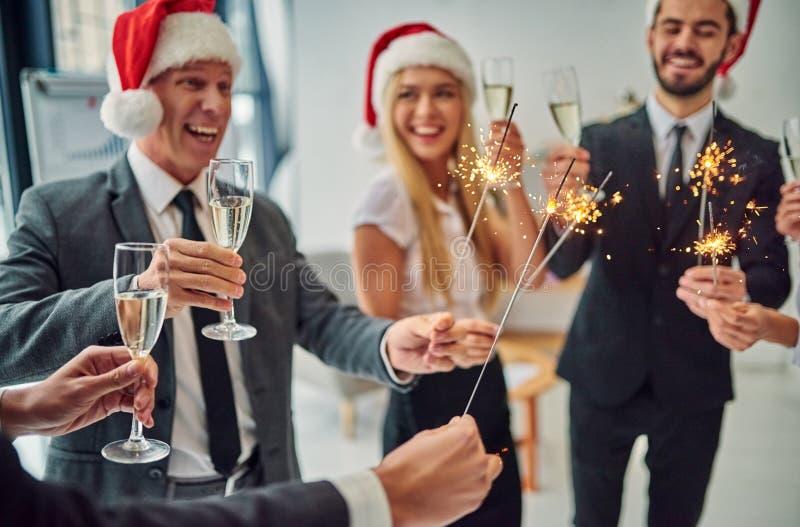 Grupp av kontorsarbetare som firar jul royaltyfri fotografi