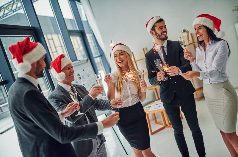 Grupp av kontorsarbetare som firar jul royaltyfria foton