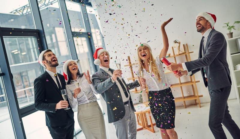Grupp av kontorsarbetare som firar jul royaltyfria bilder