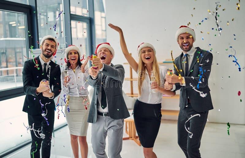 Grupp av kontorsarbetare som firar jul fotografering för bildbyråer