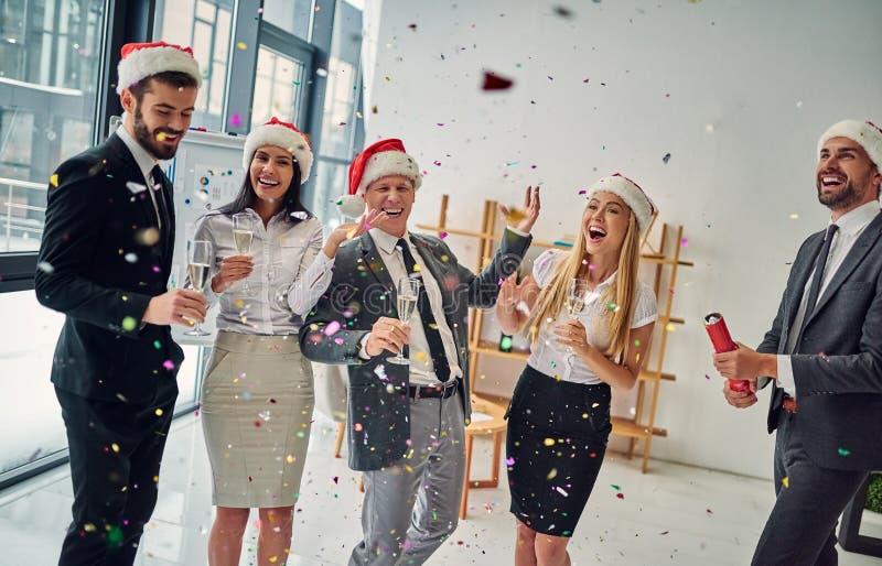 Grupp av kontorsarbetare som firar jul arkivbild