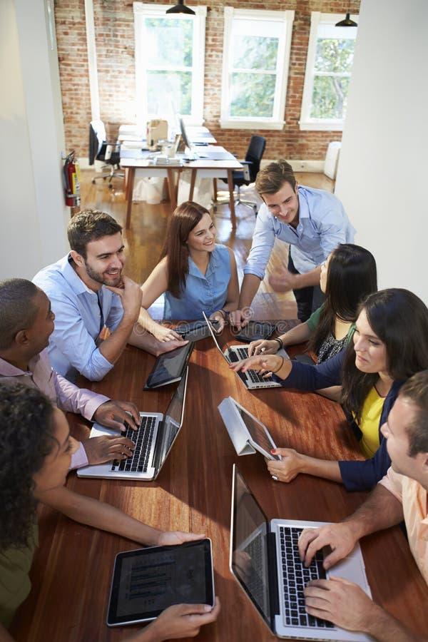 Grupp av kontorsarbetare som möter för att diskutera idéer royaltyfri fotografi