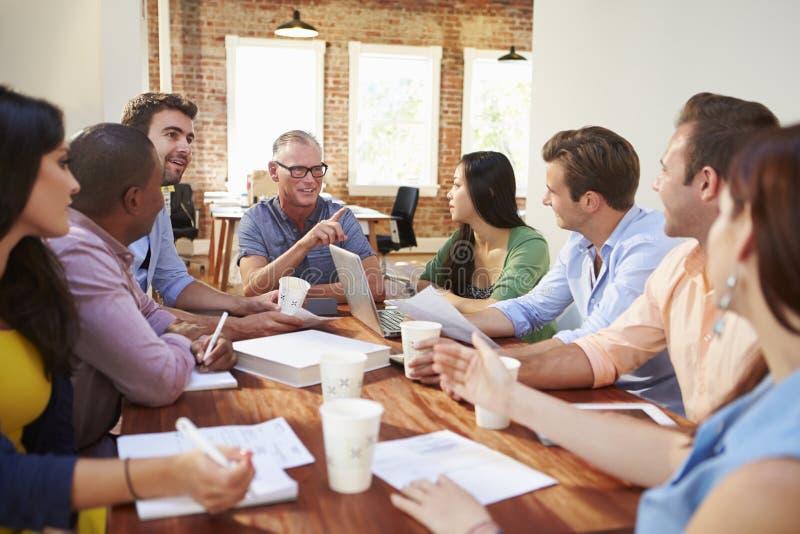 Grupp av kontorsarbetare som möter för att diskutera idéer royaltyfria bilder