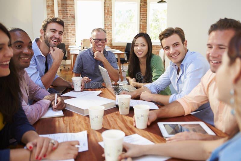 Grupp av kontorsarbetare som möter för att diskutera idéer arkivfoton