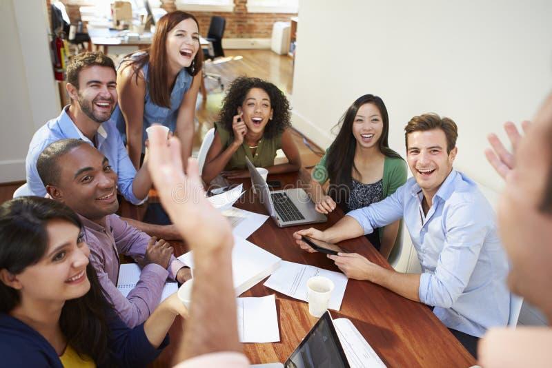 Grupp av kontorsarbetare som möter för att diskutera idéer royaltyfria foton