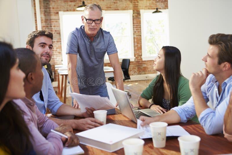 Grupp av kontorsarbetare som möter för att diskutera idéer arkivbild