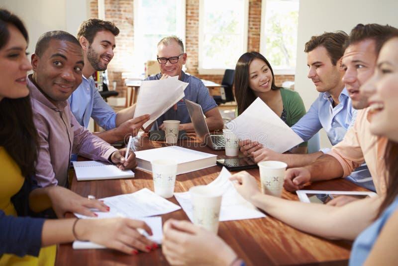 Grupp av kontorsarbetare som möter för att diskutera idéer royaltyfri foto