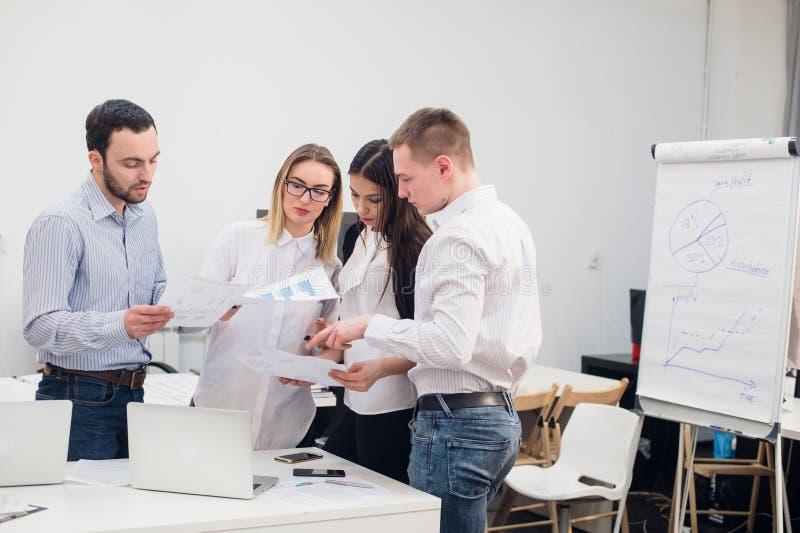 Grupp av kontorsarbetare som möter för att diskutera idéer arkivfoto