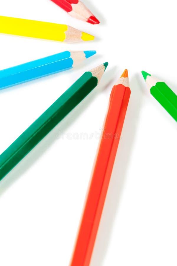 Grupp av kulöra blyertspennor som isoleras på vit bakgrund royaltyfria bilder