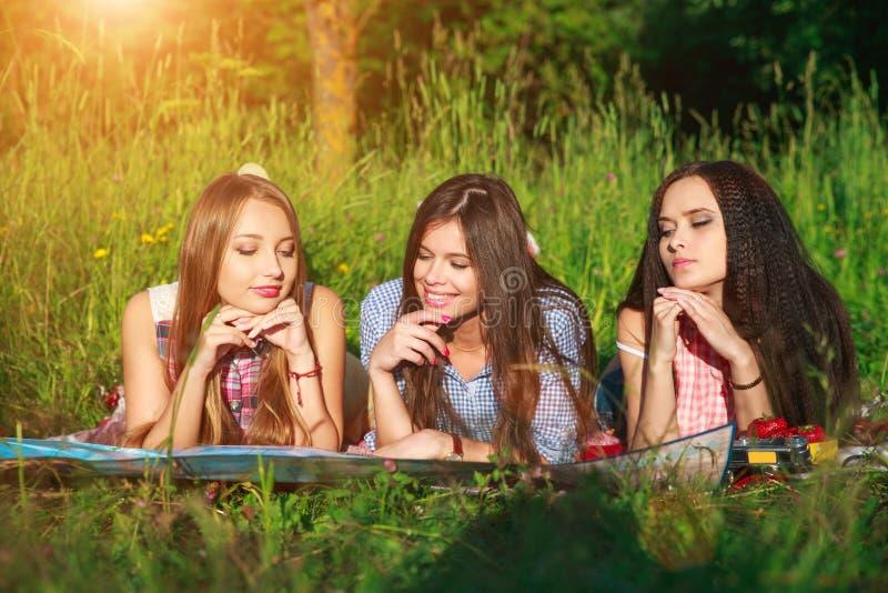 Grupp av kvinnavänner som läser ett handboköversiktsplan till loppet i helg - lopp- och rekreationbegrepp royaltyfria foton