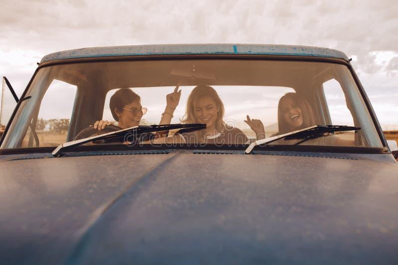 Grupp av kvinnlig som har rolig resande i en lastbil royaltyfri foto