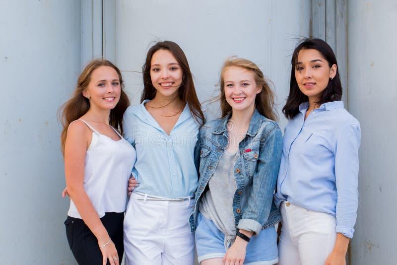 Grupp av kvinnliga studenter som tillsammans poserar utomhus- och ser kameran royaltyfria bilder