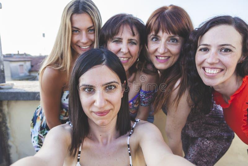 Grupp av kvinnliga vänner som tar en selfie med smarthphone royaltyfria foton