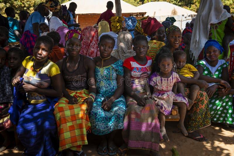 Grupp av kvinnor och barn på ett gemenskapmöte i byn av Mandina Mandinga i Gabu Region royaltyfri foto