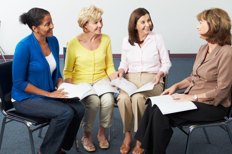 Grupp av kvinnor på bokklubben royaltyfri foto