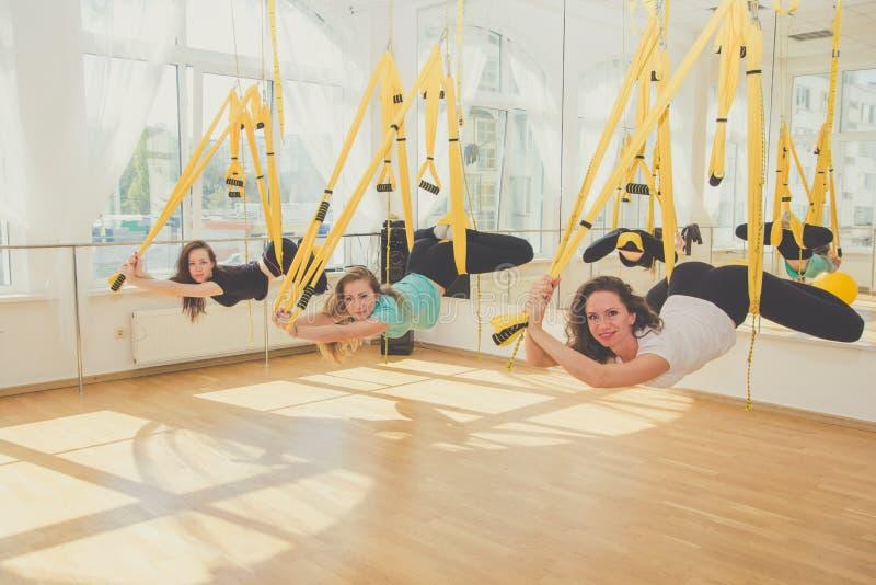 Grupp av kvinnor som gör yoga och sträckning royaltyfri fotografi