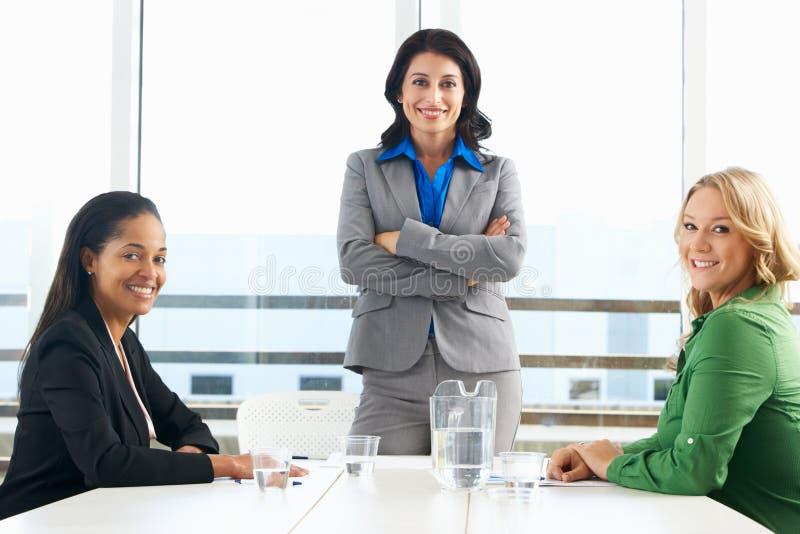 Grupp av kvinnor som i regeringsställning möter arkivfoto
