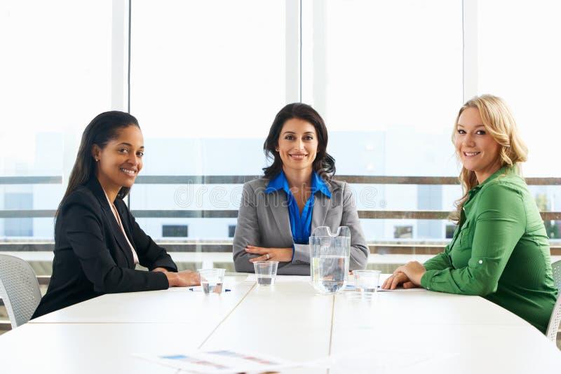 Grupp av kvinnor som i regeringsställning möter arkivbilder