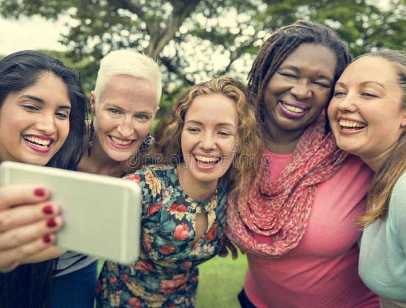 Grupp av kvinnor som tar bildbegrepp fotografering för bildbyråer