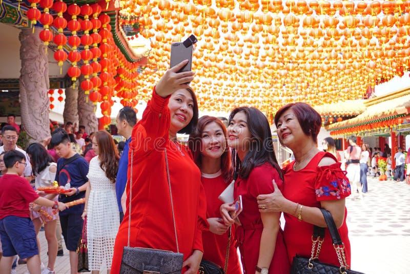 Grupp av kvinnor som tar selfie under kinesiskt nytt år arkivfoto