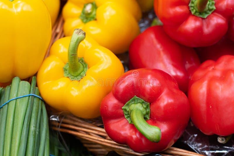 Grupp av läckra och nya gula och orange peppargrönsaker för röda paprikor, på en fruktmarknad fotografering för bildbyråer