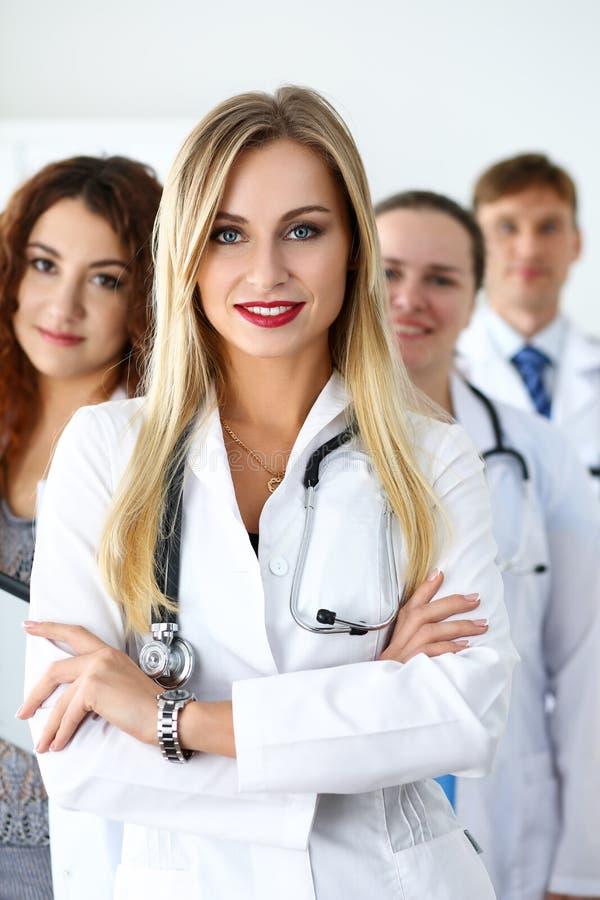 Grupp av läkare som poserar proudly royaltyfria bilder